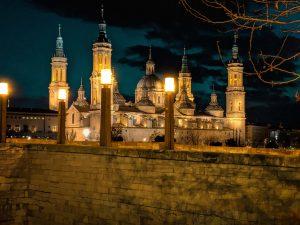 Vista de la Basílica de Nuestra Señora del Pilar en la noche. Zaragoza